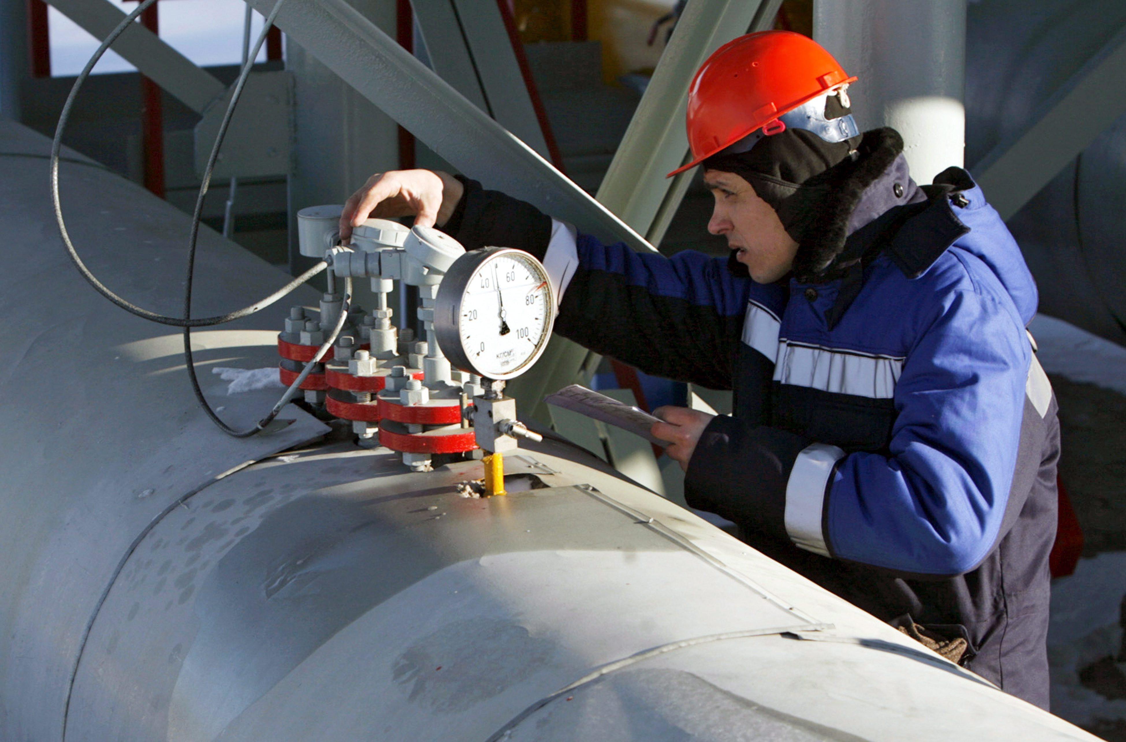 Ein Mitarbeiter von Gazprom arbeitet an einem Gasregler in Sudscha (Russland) nahe der ukrainischen Grenze:Die Tochtergesellschaft Gazprom Russkaya will eine Gasleitung durch das Schwarze Meer bis zur türkischen Küste verlegen.