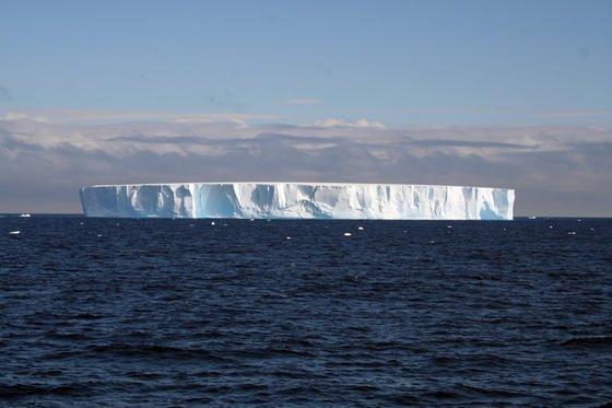 Abgebrochener und schmelzender Eisberg in der Antarktis:Die höheren Wassertemperaturen auf dem Schelf könnten die Gletscherschmelze von unten beschleunigen, sodass die Eismassen schneller Richtung Meer rutschen. Foto: