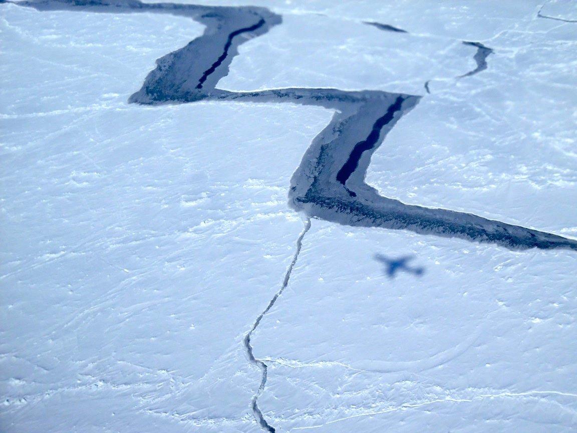 Eisschichten auf dem Weddell-Meer in der Antarktis: Von unten nach oben strömendes, leicht erwärmtes Tiefenwasser beschleunigt die Eisschmelze in der Antarktis. Auf dem Bild auch deutlich zu sehen ist der Schatten der DC-8 der NASA, mit der das Bild aufgenommen wurde.