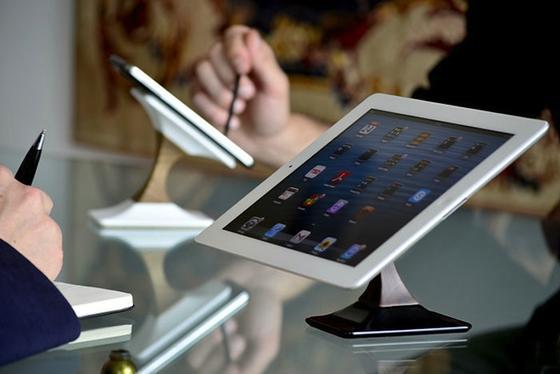 Slowenische Ingenieure haben eine Halterung für Smartphones und Tablet-PCs entwickelt, die die Geräte nicht nur im richtigen Winkel hält, sondern auch kontaktlos auflädt.