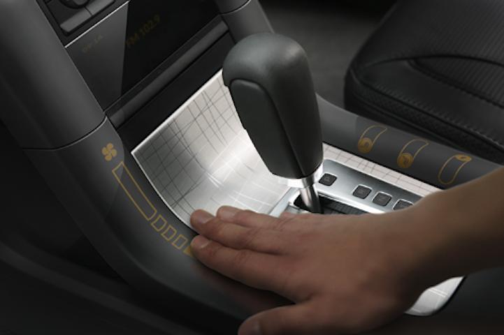 Die neue flexible Folie lässt sich auch auf Flächen im Auto einsetzen, um sie als Display zu nutzen.