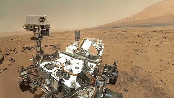 Marsrover Curiosity fährt derzeit den Mount Sharp hinauf. Wissenschaftler wollen enträtseln, wie Atmosphäre, Wasser und Sedimente aufeinander eingewirkt und die Chemie der Seen verändert haben.