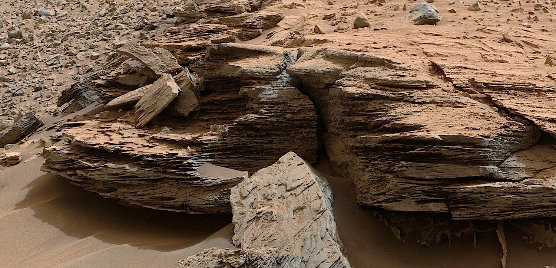 Auch dieses Foto hat Curiosity zur Erde geschickt: Für die Wissenschaftler sind die Sedimentschichten klares Zeichen dafür, dass auf dem Mars einst ein wärmeres Klima geherrscht hat, das an vielen Orten Wasserseen entstehen ließ.