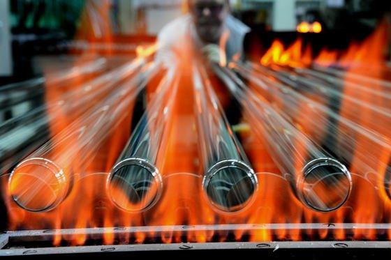 Herstellung von Glasröhren für Leuchtstoffröhren beim Lampenhersteller Narva in Brand-Erbisdorf in Sachsen: Die für die Produktion benötigten Seltenen Erden werden aus dem Recycling alter Leuchtstoffröhren gewonnen. Das Verfahren haben Chemiker der TU Freiberg entwickelt.
