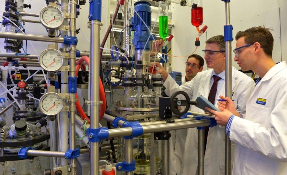Forscher an der Versuchsanlage zur Rückgewinnung seltener Rohstoffe aus Leuchtstoffröhren.