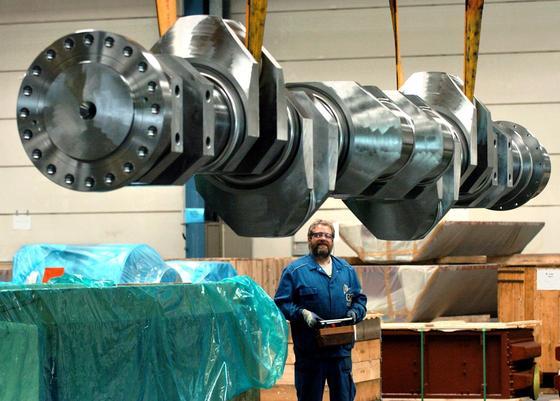Eine bei Caterpillar Motoren in Warnemünde hergestellte Kurbelwelle für die Montage in einem Schiffsmotor: Ingenieure des IPH Hannover haben jetzt eine Schmiedetechnik entwickelt, die deutlich weniger Stahl und Energie bei der Herstellung von Kurbelwellen verbraucht.