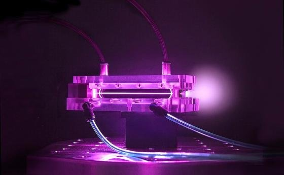 Mit ihrem tischgroßen Kielfeld-Beschleuniger Bella haben kalifornische Wissenschaftler ultrakurze Laserpulse durch ein strohhalmdünnes, etwa neun Zentimeter langes Röhrchen mit Plasma geschickt. Die mitgerissenen Elektronen wurden dabei auf 4,25 Gigaelektronenvolt beschleunigt.