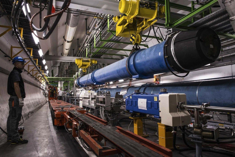 Austausch eines riesigen Magneten im Teilchenbeschleuniger LHC am europäischen Kernforschungszentrum CERN bei Genf. Mit 9300 Magneten und einem Umfang von 26 Kilometern ist LHC derzeit der leistungsstärkste Teilchenbeschleuniger der Welt.