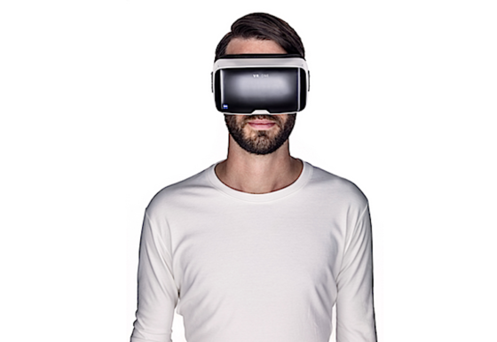 Das Smartphone hängt dem Träger der VR-Brille direkt vor Augen. Seine Umgebung kann er auf Wunsch über die Kamera sehen – allerdings nur in 2D, daher für einen Spaziergang nicht zu empfehlen.