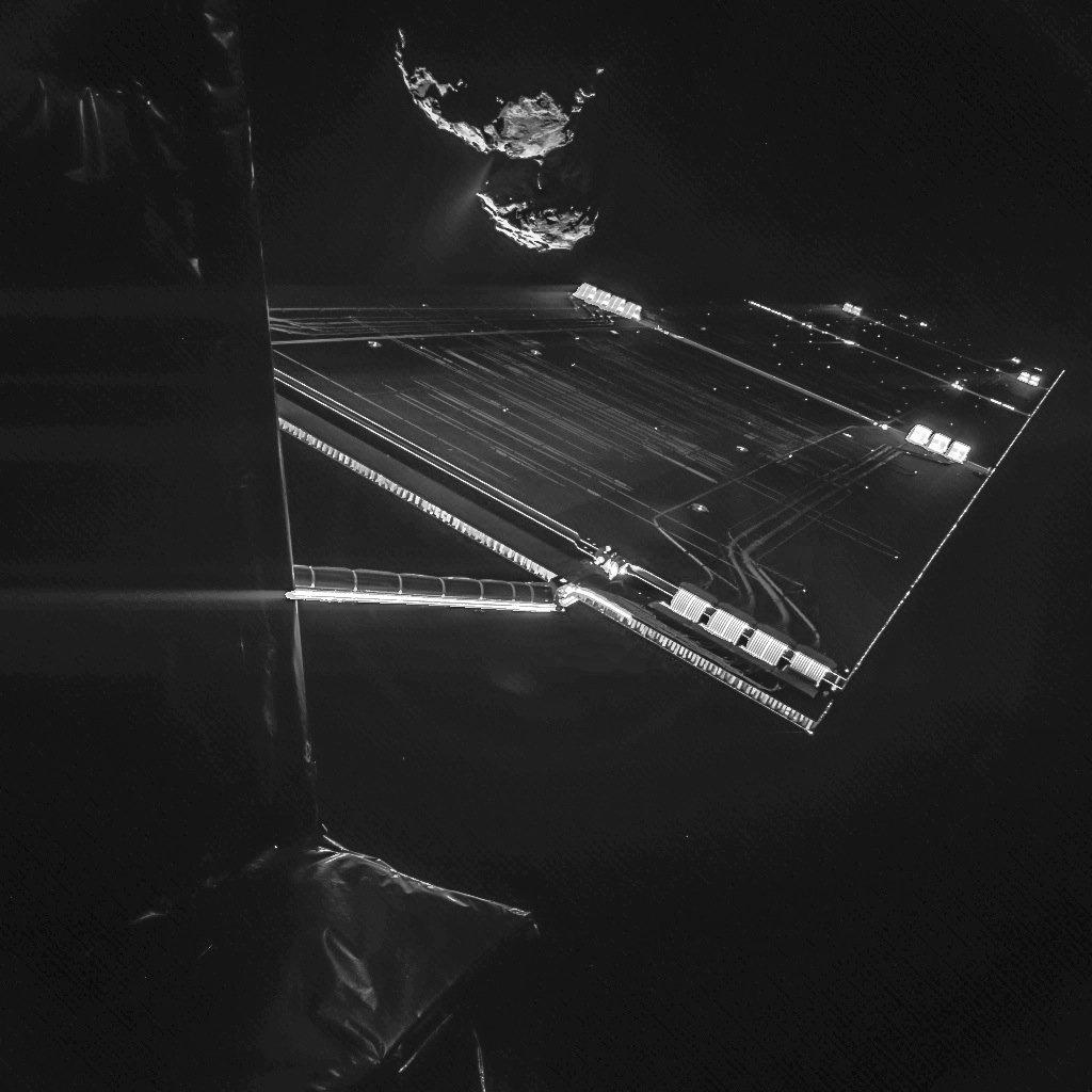 Aus 16 Kilometern Entfernung zum Kometen 67P/Churyumov-Gerasimenko wurde mit der CIVA-Panoramakamera des Landers Philae dieses Bild der Raumsonde Rosetta aufgenommen. Im Hintergrund sieht man Tschuri.
