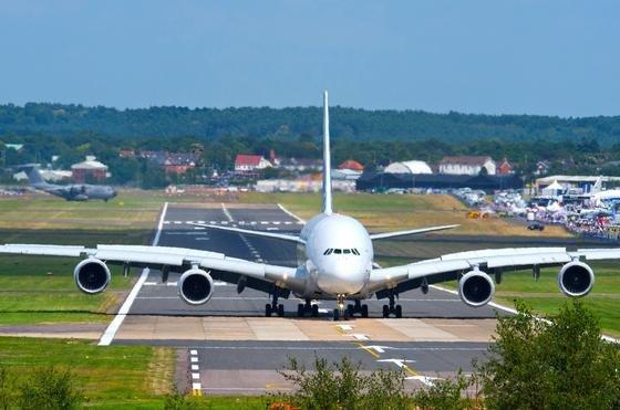 Airbus A 380 auf der Farnborough International Airshow: Der Flugzeughersteller prüft, ob er die Produktion des größten Passagierflugzeuges der Welt 2018 einstellen soll.