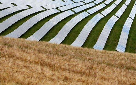 Klassische Solarzellen in einem Solarpark in Moos (Unterfranken). Die Forscher aus Kanada setzen hingegen auf Kristalle im Nanobereich, die sie in eine Sprühdose stecken. So sollen auch unregelmäßig geformte Gegenstände zu Photovoltaik-Trägern werden.