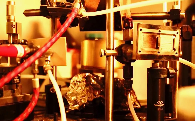 Die winzigen Solarzellen werden in einer Flüssigkeit gleichmäßig gelöst und in feinem Nebel in hauchdünner Schicht auf der Oberfläche verteilt. Das kann zum Beispiel eine Folie sein. Sie lässt sich dann auf flexiblen Oberflächen aufbringen.