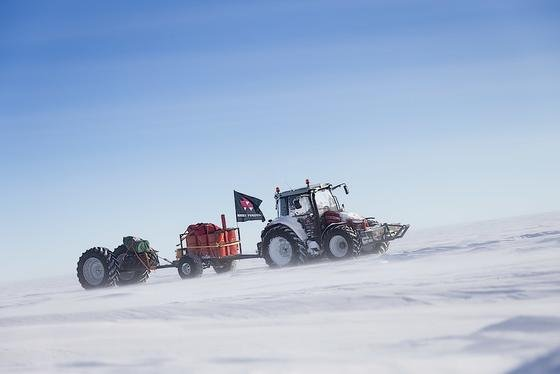 Bei bis zu minus 56 Grad Celsius schlug sich die Niederländerin durch die Antarktis – teilweise kam sie nur mit 0,5 km/h voran. Ihr umgebauter Traktor von Massey Ferguson stand ihr dennoch treu zur Seite.