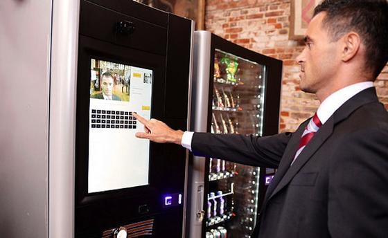 Na, ob der Automat das gewünschte Produkt wohl ausspuckt? Nicht, dass er klemmen würde. Aberder neue Luce X2 Touch TV des britischen Herstellers Smart Vend Solutions mit Gesichtserkennung spricht halt ein Wörtchen mit, wenn seine Kunden zu oft bei ungesunden Produkten schwach werden.