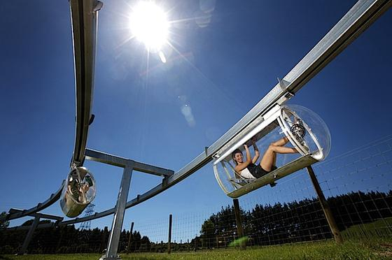 In einem Freizeitpark in Neuseeland hat das Unternehmen Shweeb die Idee mit der Tretgondel bereits umgesetzt. Die Idee auf den Stadtverkehr zu übertragen, kommt beim Crowdfunding aber nicht an: Erst knapp 200 US-Dollar sind erreicht, eine Million ist das Ziel.