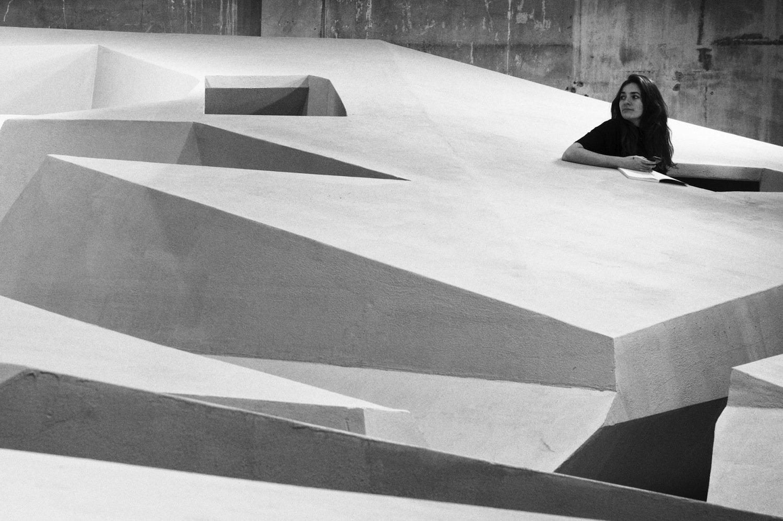 Das Architekturbüro Raaaf erkundet Möglichkeiten eines radikalen Wandels der Arbeitsumgebung. Mitarbeiter sitzen nicht mehr an Schreibtischen, sondern in einer Designlandschaft mit verschiedenen geometrischen Formen und Einbuchtungen.
