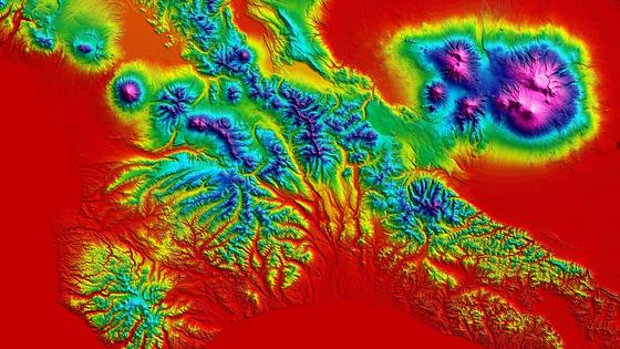 """Digitales Höhenmodell von Teilen der Halbinsel Kamtschatka im Nordosten Russlands: Die pazifische Platte schiebt sich in breiter Front unter den Rand der eurasischen Platte und verursacht einzigartige vulkanische Aktivitäten mit einer sehr hohen Dichte von Vulkanen. Von insgesamt mehr als 160 Vulkanen sind derzeit 29 aktiv. Jährlich brechen im Durchschnitt sechs der Vulkane aus. Wegen der Kombination von Schnee und Eis und dem hochaktivem Vulkanismus bezeichnet man Kamtschatka auch als """"land of ice and fire"""". Die höchste Erhebung ist der Kljutschevskoi mit 4835 Meter. Im Januar 2013 sorgte die gleichzeitige Eruption von vier Vulkanen (Schiwelutsch, Besymjanny, Tolbatschik und Kizimen) für Schlagzeilen. 1996 wurde die Vulkanregion von Kamtschatka von der UNESCO zum Weltnaturerbe erklärt."""