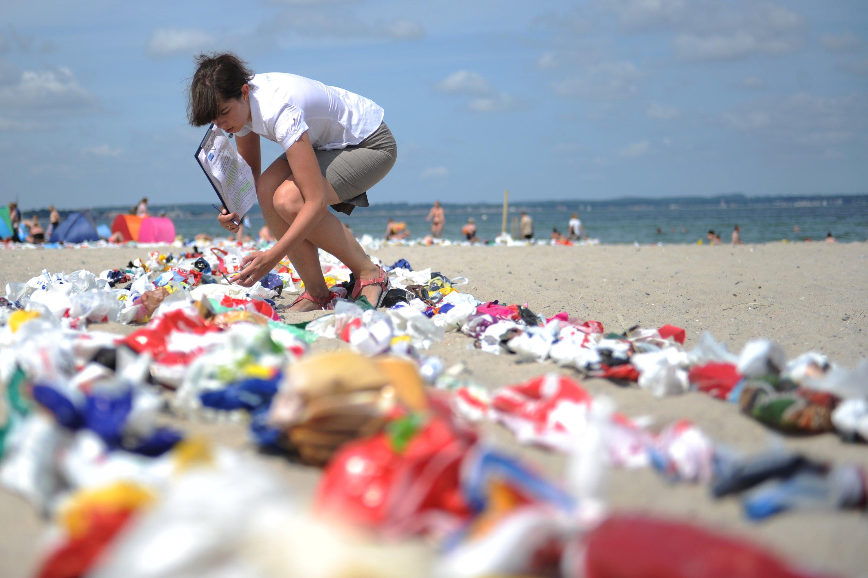 Mehr als 5000 gebrauchte Plastiktüten wurden im Juli 2013 am Strand von Niendorf in Schleswig-Holstein zusammengeknotet und bilden einen Fisch bilden. Mit diesem Guinness-Rekord für die längste Plastiktütenkette der Welt sollte auf die wachsende Menge von Plastikmüll in den Meeren aufmerksam gemacht werden.