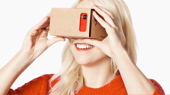 Der Anwender steckt sein Smartphone in die Papphülle, zwei Kunststofflinsen sorgen für die richtige Optik.Accelerometer und Gyroskop im Smartphone lassen das Gerät auf Kopfbewegungen reagieren.