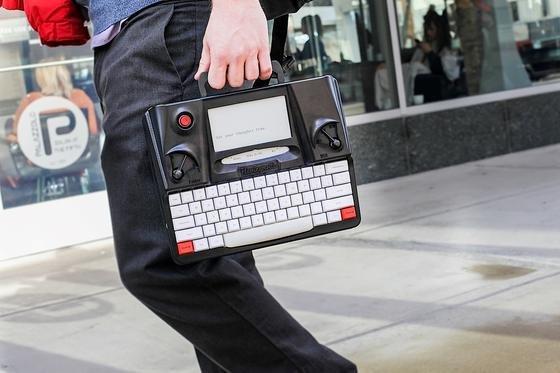 Die Hemingwrite lässt sich problemlos tragen: Die Nostalgiker-Schreibmaschine wiegt lediglich zwei Kilogramm. Der Verkaufspreis soll bei rund 400 US-Dollar liegen.