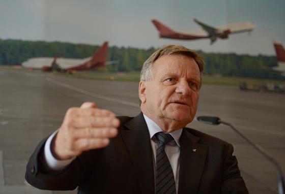 Hartmut Mehdorn, Vorsitzender der Flughafen Berlin Brandenburg GmbH, wird vom Aufsichtsrat an der kurzen Leine gehalten und muss künftig Fortschritte in den Sitzungen des Gremiums nachweisen.