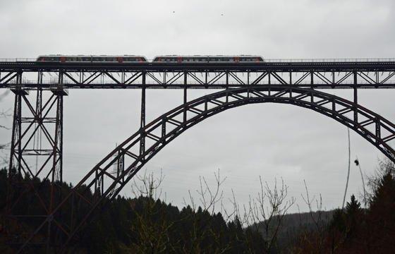 Die 107 Jahre alte Müngstener Brücke, die höchste Eisenbahnbrücke Deutschlands, wurde nach 20-monatiger Renovierung am Sonntag wieder für den Verkehr freigegeben.