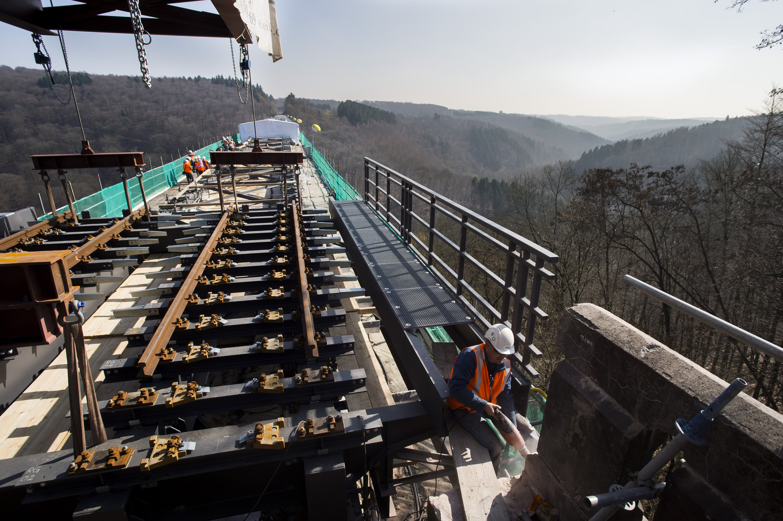 Die Müngstener Brücke erhhielt in den vergangenen 20 Monaten neue Fahrbahnbrücken, die die Schwellen und Schienen tragen. Die Sanierung der Brücke kostete 30 Millionen Euro und war technisch aufwendige Millimeterarbeit in 107 Metern Höhe. Die einzelnen Fahrbahnbrücken wiegen bis zu 22 Tonnen.