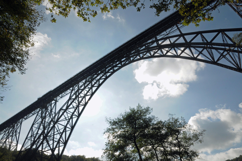 Die Müngstener Brücke, mit 107 Metern Höhe die höchste Eisenbahnbrücke Deutschlands, überspannt zwischen Remscheid und Solingen das Tal der Wupper. Nach 20-monatiger Sperrung wegen Sanierungsarbeiten der höchsten Eisenbahnbrücke Deutschlands wurde sie am Sonntag wieder freigegeben.