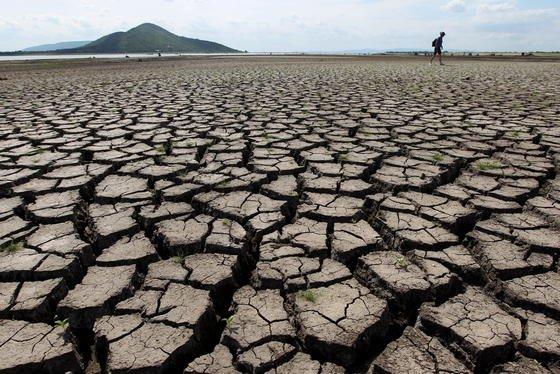Das größte Wasserreservoir Thailands, der Pasak Cholasit Staudamm, war im Sommer 2010 ausgetrocknet: Trotz unübersehbarer Folgen des Klimawandels konnten sich die Vertreter von 195 Staaten auf der Klimakonferenz in Lima noch nicht auf weitreichende Maßnahmen einigen. Die soll nun die Konferenz im Herbst 2015 in Paris nachholen.