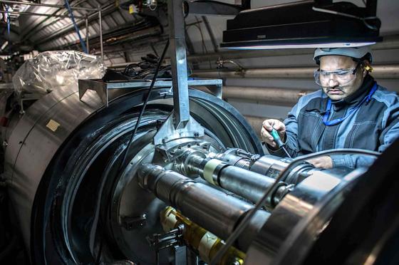 Ingenieure haben an 1695 Verbindungen zwischen den Dipolmagneten mehr als 10.000 elektrische Leitungen verstärkt. 2015 soll der weltgrößte Teilchenbeschleuniger LHC Protonenstrahlen mit 13 statt acht Tera-Elektronenvolt kollidieren lassen.