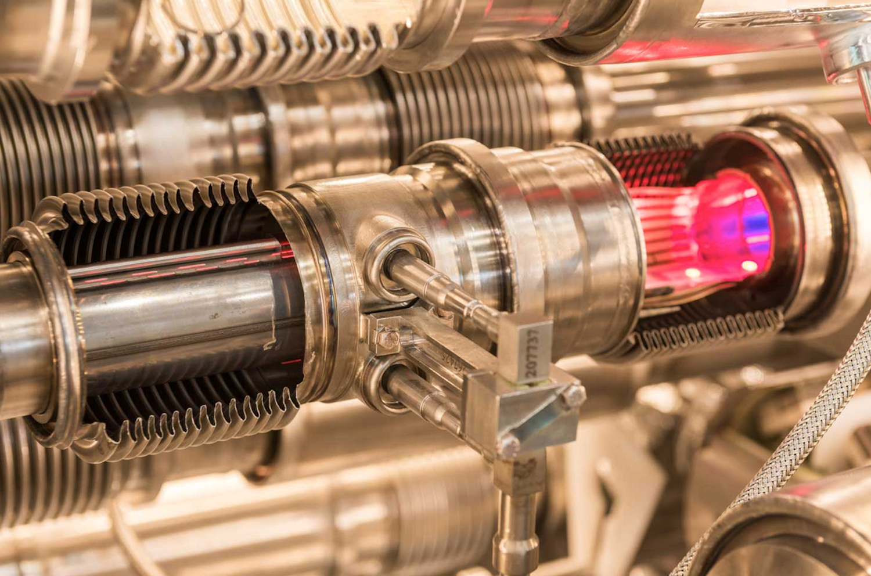 Modell eines Strahlrohres des LHC: Die Protonenstrahlen rasen in entgegengesetzter Richtung durch den 27 Kilometer langen ringförmigen Beschleuniger und prallen schließlich aufeinander. Dadurch konnten die Physiker bereits das Higgs-Boson beweisen.