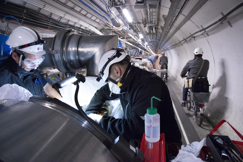 Ohne Fahrrad läuft hier nichts: Der ringförmige Teilchenbeschleuniger LHC ist 27 Kilometer lang. Derzeit kühlt er wieder auf Betriebstemperatur runter und soll im Mai 2015 in Betrieb gehen.