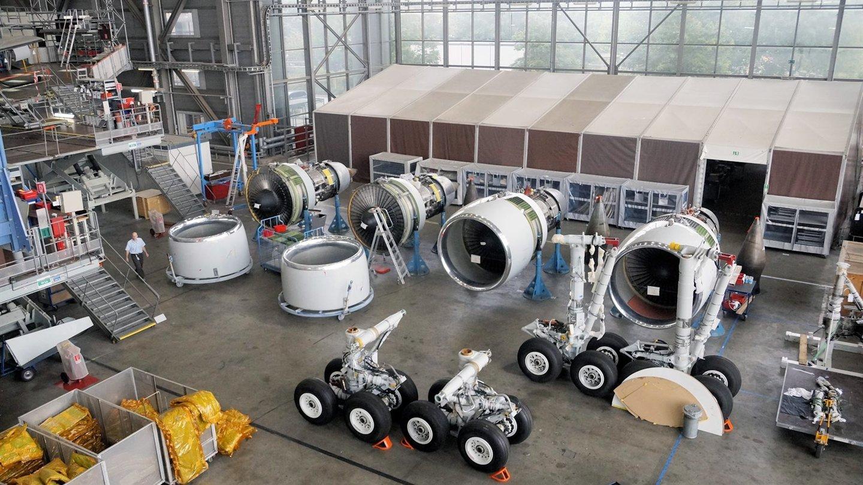 Check-up der Flugzeugkomponenten: Auch Motoren und Fahrwerke werden auf Herz und Nieren überprüft.