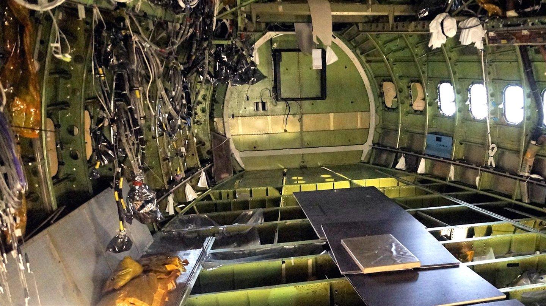 Die Eingeweide des Flugzeugs: Der Boden und die Seitenverkleidung wurden entfernt, damit die Techniker jeder Einzelheit unter die Lupe nehmen können.