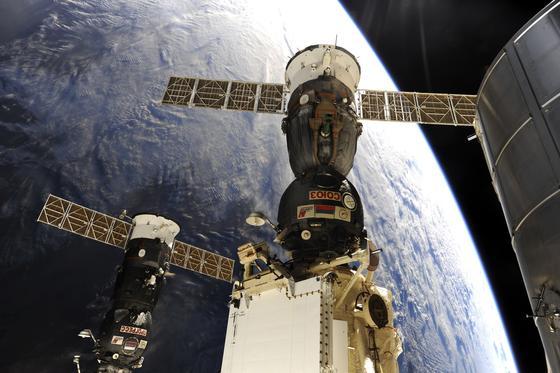 ISS mit angedockter Sojus-Kapsel und dem russischen Transportraumschiff Progress (links unten) kurz vor dem Andocken: Nur noch bis 2020 beteiligt sich Russland am Betrieb der Internationalen Raumstation. Schon 2017 soll der Bau einer eigenen Raumstation beginnen.