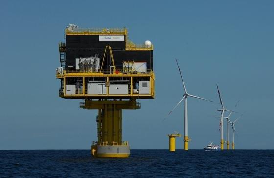 Umspannwerkplattform zur Netzanbindung des ersten deutschen Offshore-Windparks in der Ostsee EnBW Baltic 1.