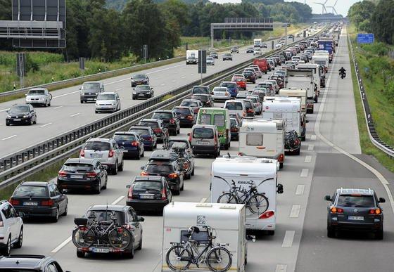 Die meiste Geduld mussten Autofahrer in Nordrhein-Westfalen aufbringen: Hier registrierte der ADAC 27 Prozent der bundesweiten Staukilometer. Bayern kommt auf 18, Baden-Württemberg auf 13 Prozent. Am ruhigsten ist es hingegen auf Autobahnen in Ostdeutschland.