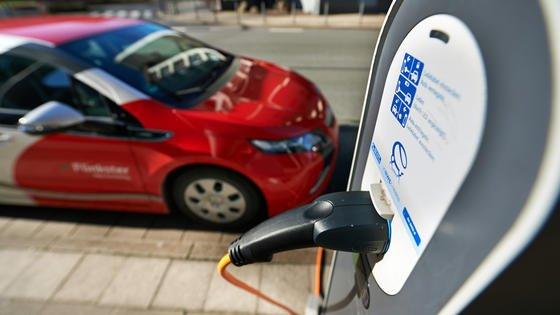 Wenn E-Autos mit Strom aus Kohlekraftwerken fahren, schadet das der Gesundheit der Menschen: Die Zahl der Todesopfer könnte sich nach einer Studie aus den USA durch die stärkere Luftverschmutzung pro Jahr um 3000 erhöhen.