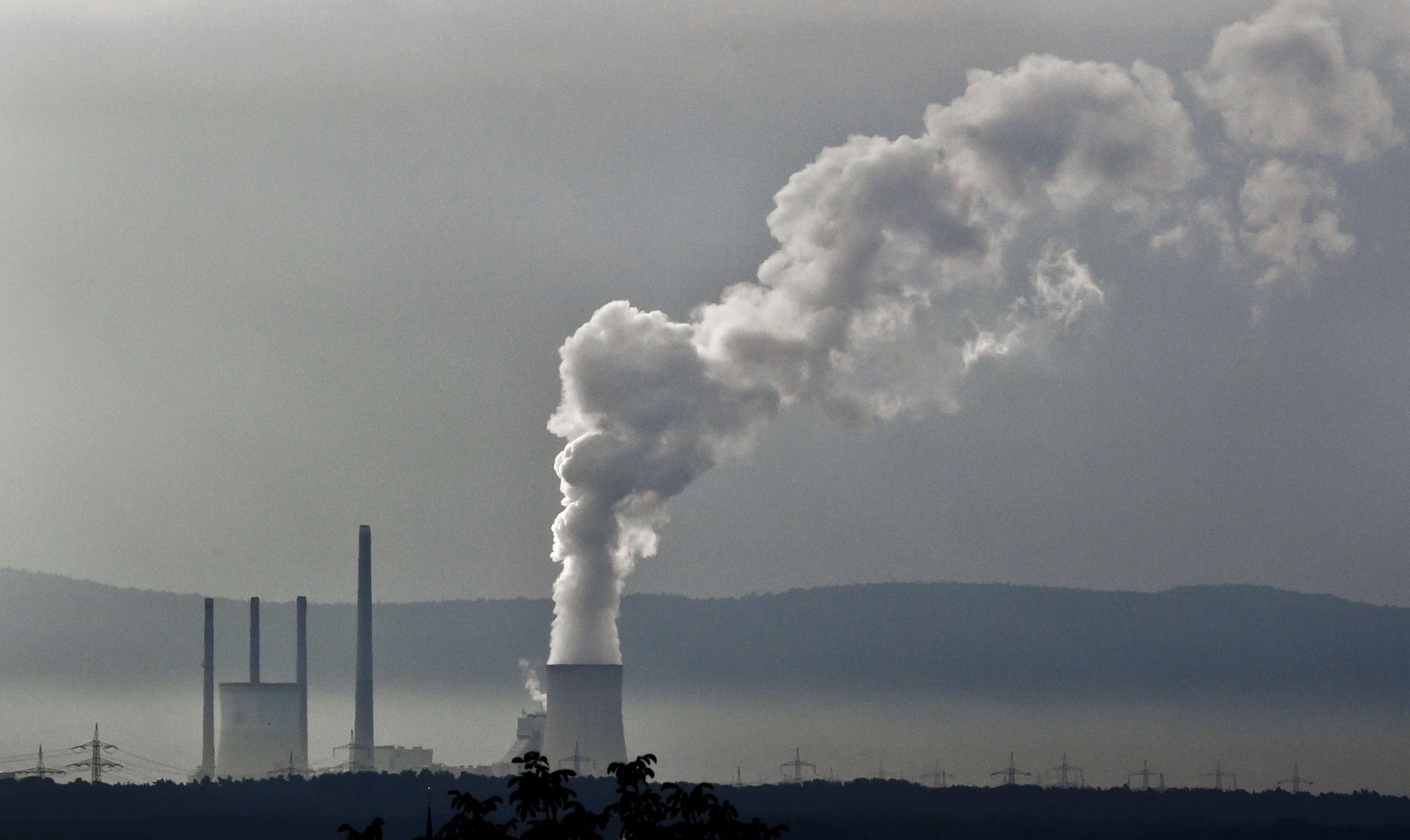Eine Kohlekraftwerk ist quasi der verlängerte Auspuff aller E-Autos, die mit Kohlestrom fahren. Die Ökobilanz der Menschheit verbessern sie nur dann, wenn sie mit Strom aus Wind-, Wasser und Solarkraftwerken fahren.