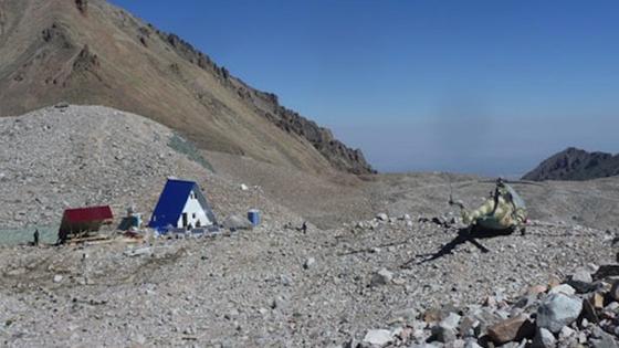 Die hoch gelegene Klimastation im nördlichen Tien-Shan-Gebirge ist nur per Hubschrauber erreichbar. Von hier erforschen Wissenschaftler die Entwicklung des Inylchek-Gletschers. Dieser taut zwar tendentiell, stößt jedoch immer wieder unerwartet vor und wird somit zur Gefahrenquelle.