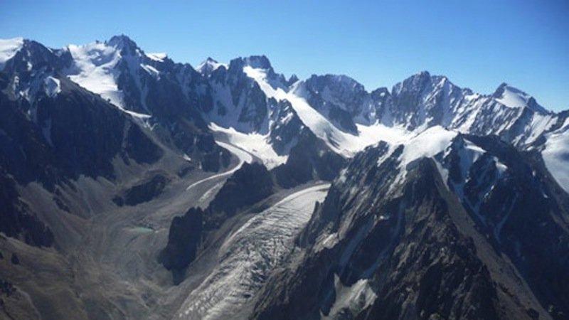 Im Ala-Archa-Nationalpark südlich der kirgisischen Hauptstadt Bishkek bilden sich Seen in abschmelzenden Gletschern. Abstürzende Felswände können Flutwellen auslösen.