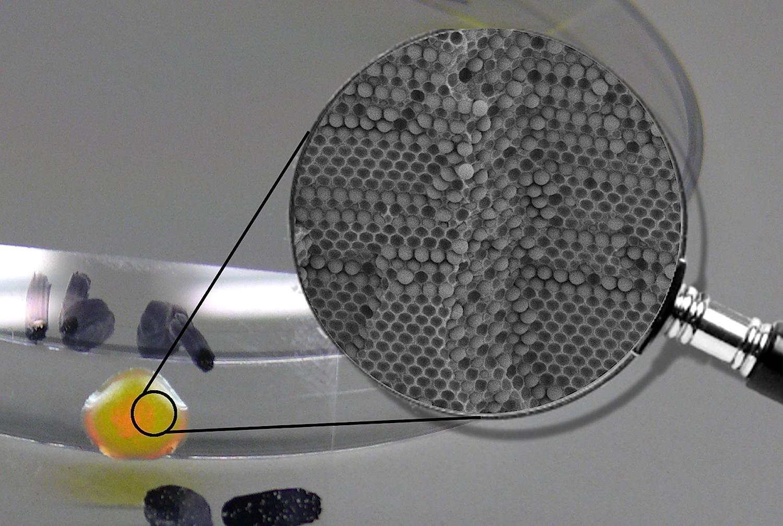 Künstliche Opale und eine elektronenmikroskopische Aufnahme der Partikelstruktur: In Glasfaserkabeln könnten die Partikel zukünftig die Datenübertragung beschleunigen.