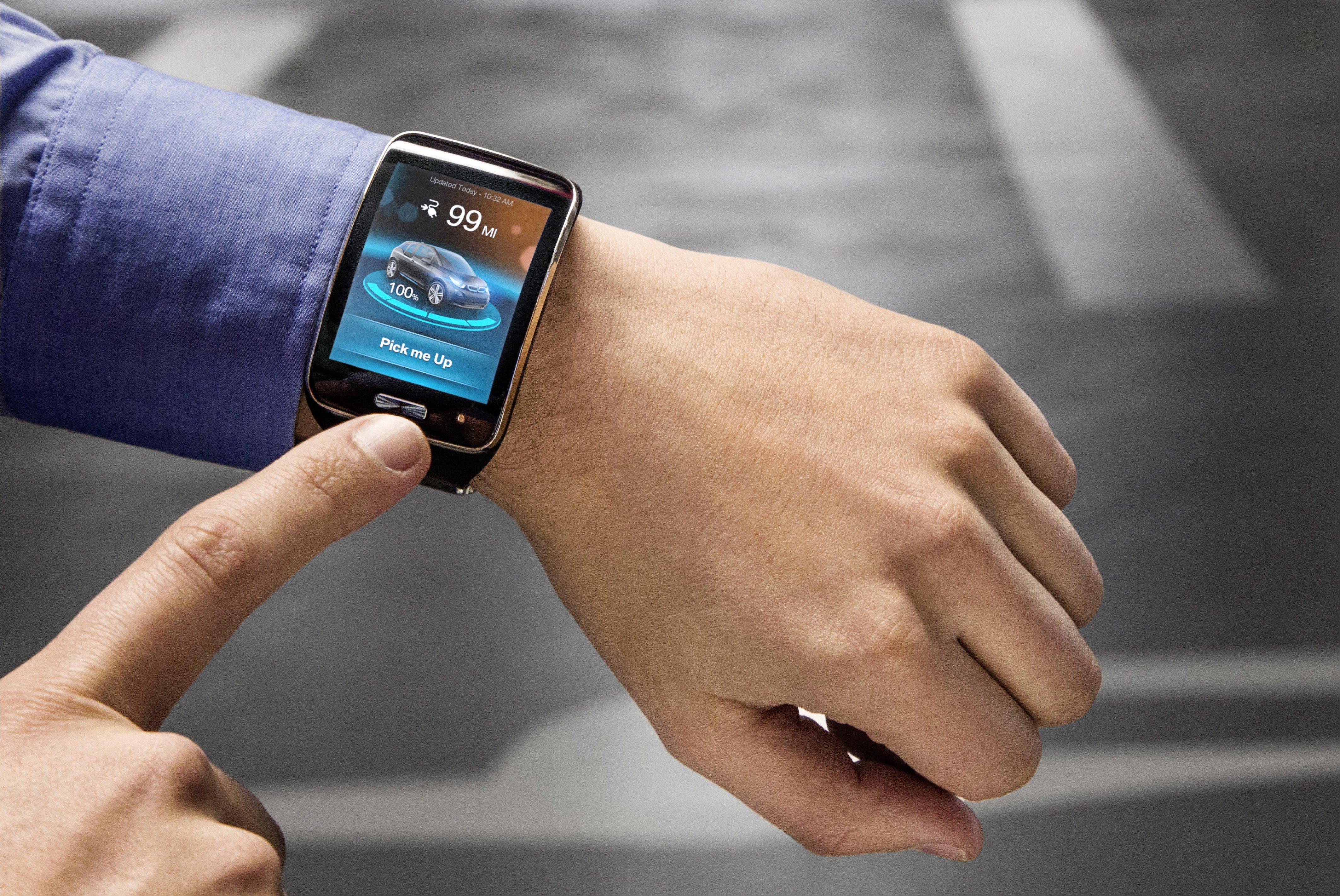 Ein Klick auf die Smartwatch und der BMW i3 setzt sich im Parkhaus Bewegung und holt seinen Besitzer ab.