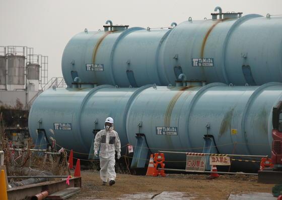 Rund 1000 Stahlzylinder gefüllt mit kontaminiertem Wasser lagern derzeit auf dem Gelände des havarierten Atomkraftswerks in Fukushima.