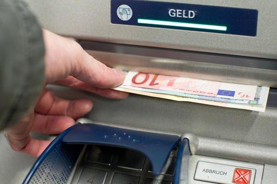 Die Täter bohrten ein Loch in den Geldautomaten und steckten einen USB-Stick in den PC. Beim Booten installierte sich ein Trojaner, der fortan unbemerkt im Hintergrund lief. Über eine Codenummer konnten Komplizen über das Hauptmenü auf die Software zugreifen und Geld plündern.