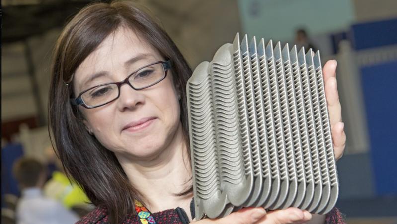 Donna Connor, Technikchefin in Sellafield,mit einer Komponente aus dem 3D-Drucker: Das Unternehmen nutzt die Drucktechnologie, um schnell und günstig Ersatzteile herzustellen.