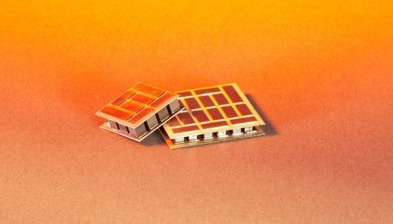 Halb-Heusler-Verbindungen eignen sich besonders gut, um thermoelektrische Module herzustellen. Mit diesen lässt sich aus Abwärme Strom gewinnen. Forschern ist es erstmals gelungen, einen kritischen Effizienz-Wert zu überschreiten und die Metalllegierung im Kilomaßstab herzustellen.