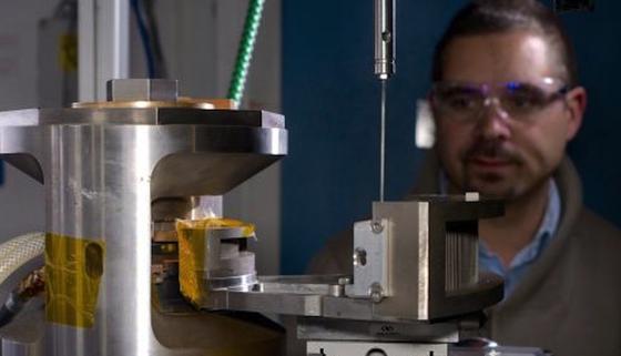 Experiment am European Synchrotron Radiation Facility (ESRF) in Grenoble: Die Wissenschaftlersimulierten dort die extremen Bedingungen in der Tiefe einer Magmakammer. Dafür spannten sie das Gestein zwischen zwei Stempel aus extrem festem Wolframkarbid und pressten es mit bis zu 36.000 Atmosphären Druck zusammen. Gleichzeitig heizten sie es auf 1700 Grad Celsius.