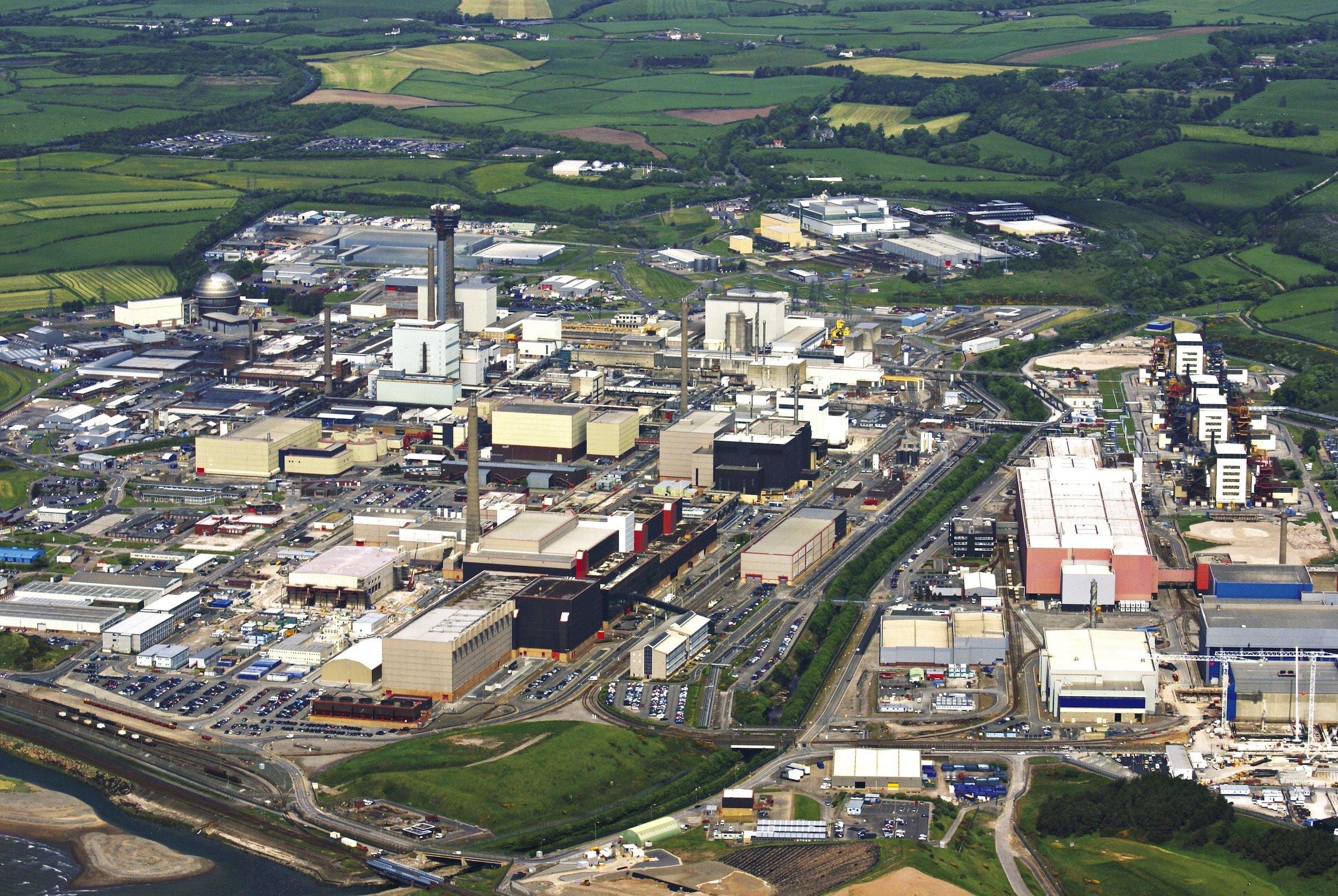 Die riesige, rund sechs Kilometer lange Atomanlage in Sellafield wird abgerissen. Dabei werde defekte Anlagenteile, die noch weiter in Betrieb bleiben müssen, durch 3D-Drucker reproduziert.